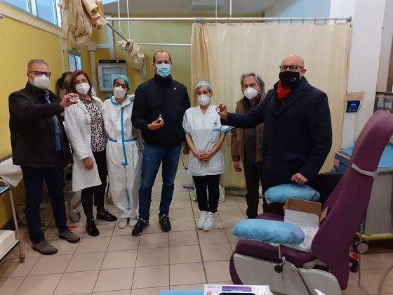 Foto di gruppo con gli operatori sanitari al presidio di via Vivaldi a Scandicci