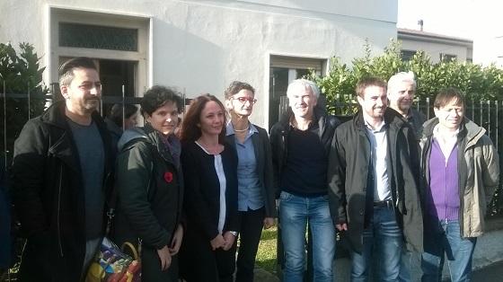 Foto di gruppo davanti a Casa di Donne