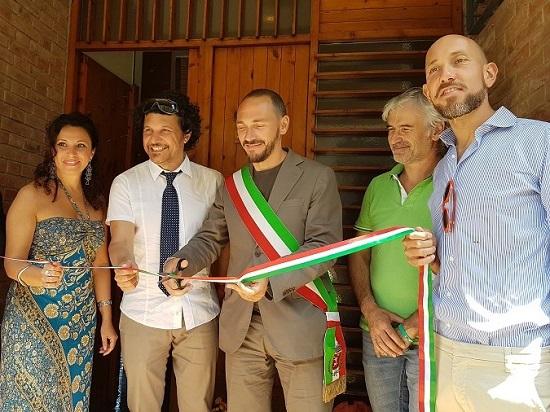 Il gruppo degli operatori con gli utenti della casa, l'Assessore Camilla Sanquerin e il Presidente SdS Enrico Panzi